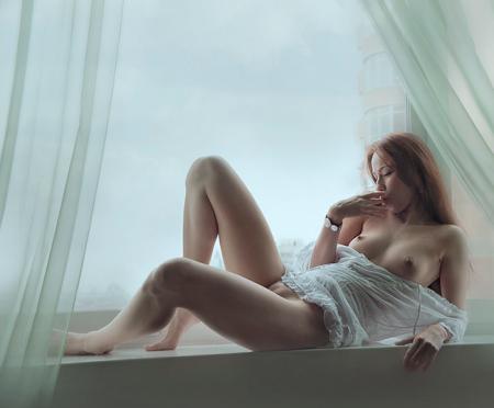 обнаженная милаша у окна